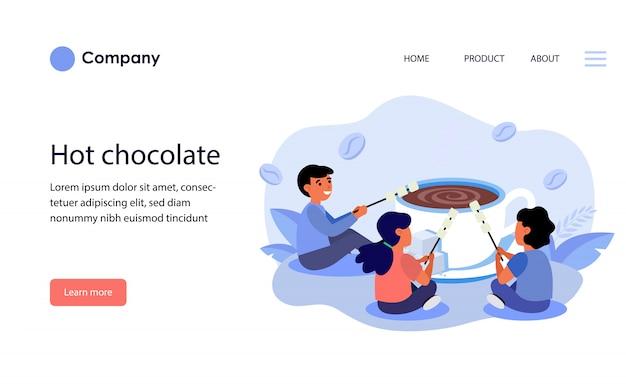 Bambini che grigliano marshmallow su una tazza di cioccolata calda. layout del modello di sito web Vettore gratuito
