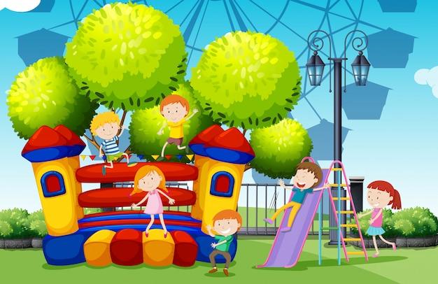 Дети играют в парке Бесплатные векторы