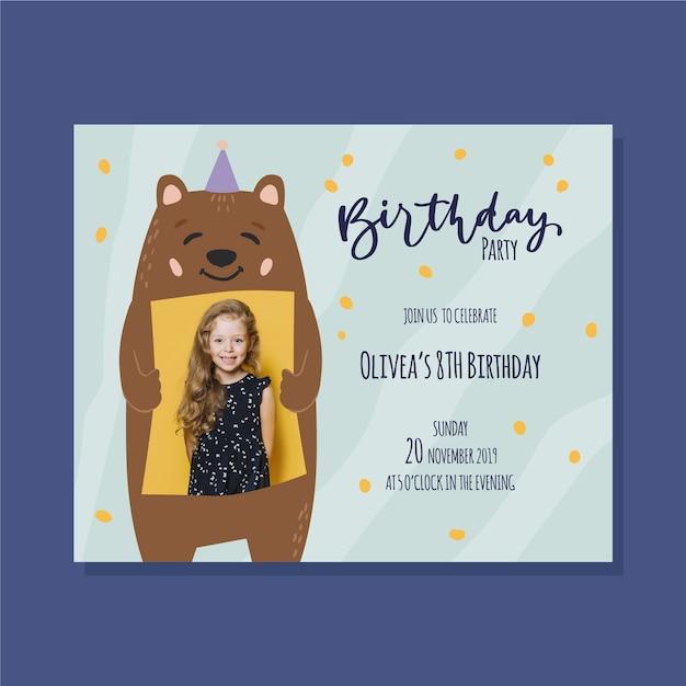 Orso modello dell'invito di compleanno dei bambini con il cappello del partito Vettore gratuito