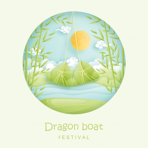 Китайский праздник лодок-драконов с рисовые клецки и бамбуковые джунгли, река. бумага вырезать стиль иллюстрации. Premium векторы