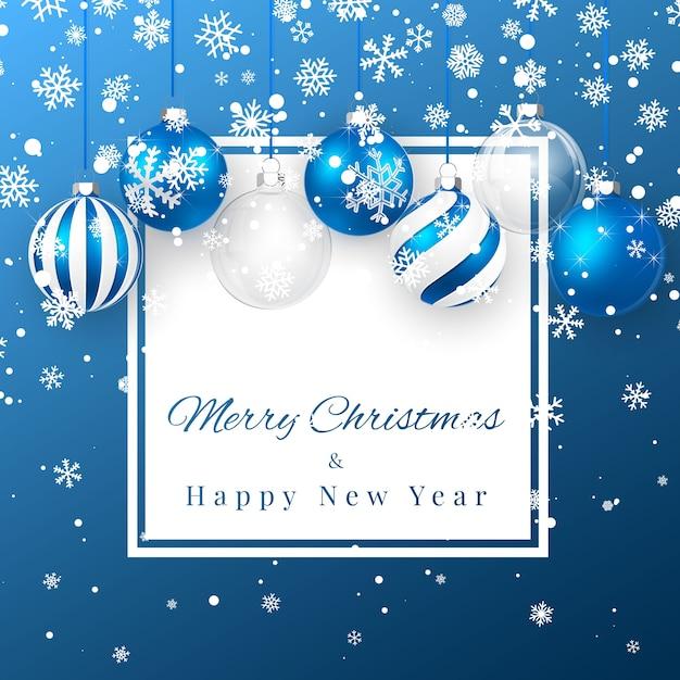 Рождество и новогодний фон с синими елочными шарами, еловой веткой и снегом на рождество Premium векторы