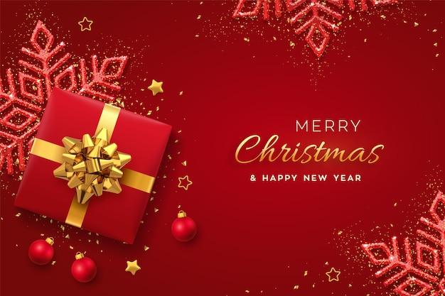 クリスマスバナー。金色の弓、輝くスノーフレークが付いたリアルな赤いギフトボックス Premiumベクター