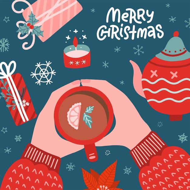 Рождественское понятие. женщина в свитере держит чашку чая. стол с горшком, свечой и подарочными коробками. Premium векторы