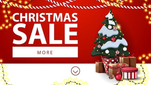 クリスマスセール、花輪と壁の近くの贈り物と鍋にクリスマスツリーと赤と白の割引バナー Premiumベクター