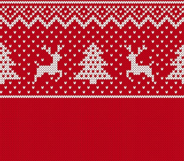 クリスマスのシームレスなパターン。鹿、木とのニットプリント。赤いセーターの背景。お祝いのクリスマステクスチャ Premiumベクター