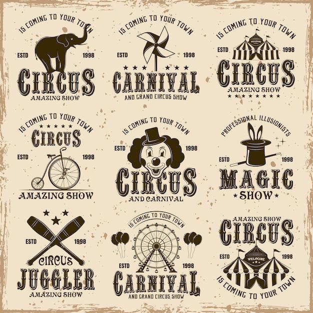 Цирковой набор коричневых эмблем, этикеток, логотипов и типографских марок в винтажном стиле на грязном фоне с пятнами и текстурами гранж Premium векторы