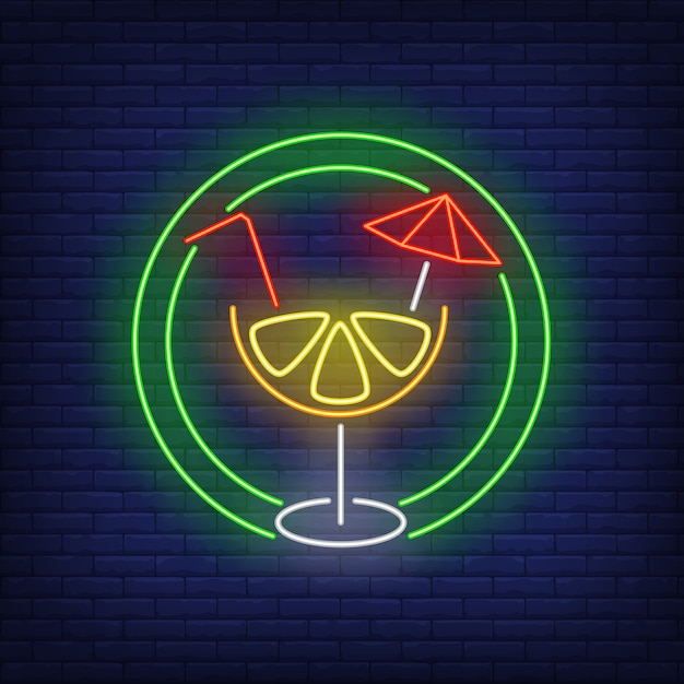 Citrus cocktail with straw and umbrella in circle neon sign Free Vector