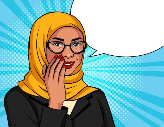 ポップなアートスタイルのカラーイラスト。伝統的なスカーフとメガネのイスラム教徒の女性はささやいています。ドット背景にアラビア語の成功したビジネスウーマンは秘密の情報を伝えています Premiumベクター