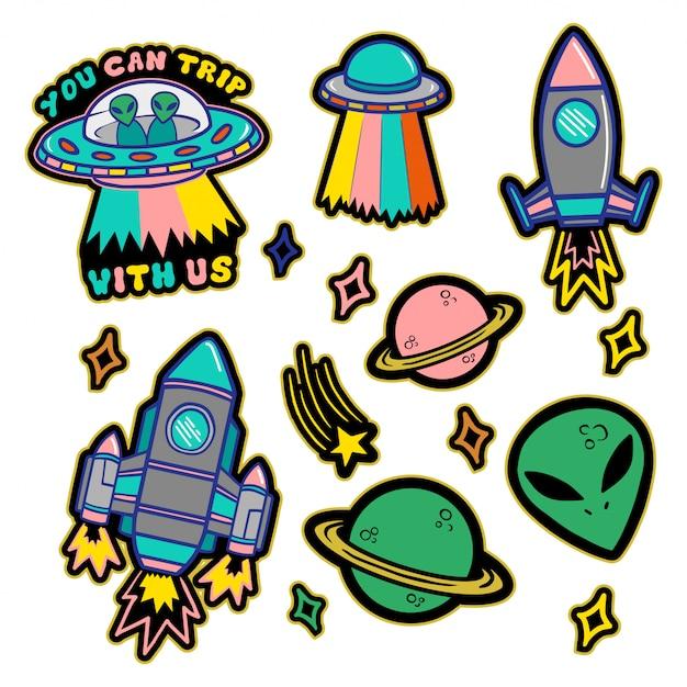 Красочный набор патчей, наклейки, значки с рисованной космический стиль объектов: звезды, планеты, инопланетянин, нло, космический корабль. детская печать в стиле каракули. Premium векторы