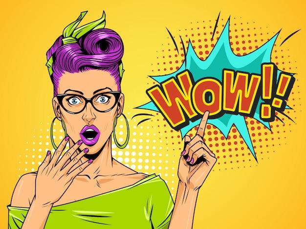 Comic удивлен красивая девушка на фоне полутонов Бесплатные векторы