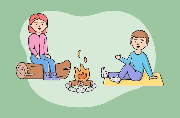 시간을 보내는 가족의 개념입니다. 행복 한 엄마와 아들이 함께 캠프 파이어에서 로그에 앉아. 사람들은 휴가 중에 의사 소통하고 함께 즐거운 시간을 보냅니다. 만화 선형 개요 평면 벡터 일러스트 레이 션. 프리미엄 벡터