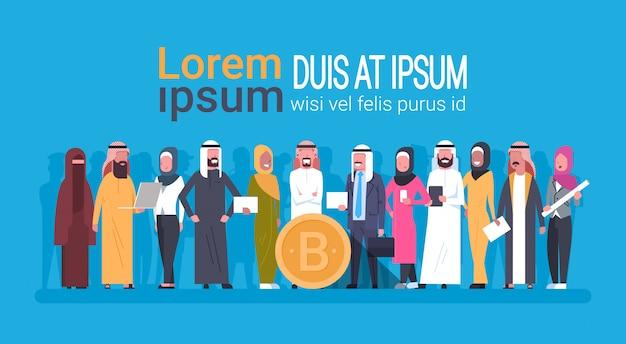 Арабские люди, имеющие биткойн-монеты криптовалюта веб-деньги концепция цифровая криптовалюта шаблон майнинга баннер с copyspace Premium векторы