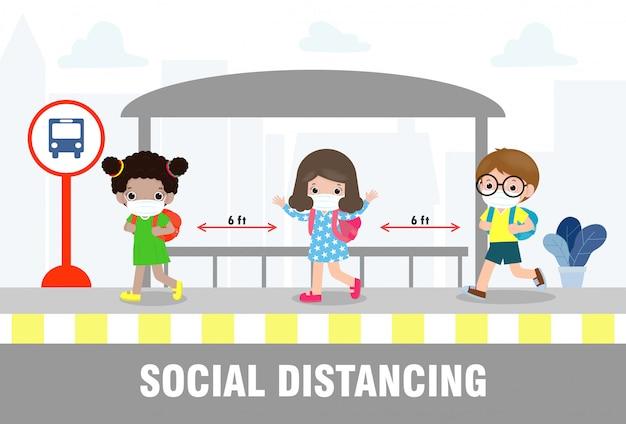 Концепция социального дистанцирования, снова в школу, счастливые милые дети разных национальностей в медицинских масках на автобусной остановке во время coronavirus или covid-19. вспышка нового нормального образа жизни. Premium векторы