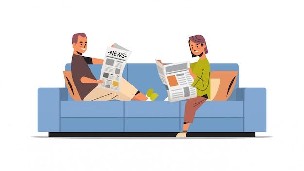 Пара, держащая газеты мужчина женщина сидя n диван чтение ежедневных новостей пресса концепция сми Premium векторы