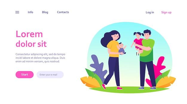 Пара усталых родителей. грустная мама и папа, держа в руках маленьких детей веб-шаблон. Бесплатные векторы