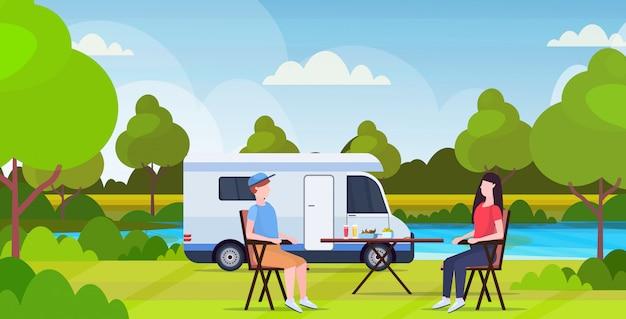 Ключевые слова на русском: пара сидя за столом возле кемпинг семья трейлер грузовик караван автомобиль мужчина женщина тратить время вместе лето концепция отпуск beautful природа пейзаж фон плоский полная длина горизонтальный категории:. Premium векторы