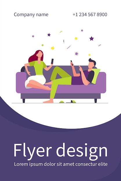 ソファに座ってスマートフォンを使用しているカップル。リラックス、ソファ、家族のフラットイラスト。チラシテンプレート 無料ベクター
