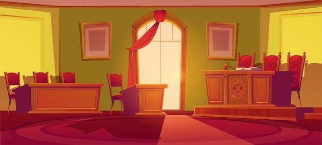 Интерьер зала суда с деревянным столом с весами и деревянным молотком, стульями, арочным окном с красной занавеской и местами для судей Бесплатные векторы