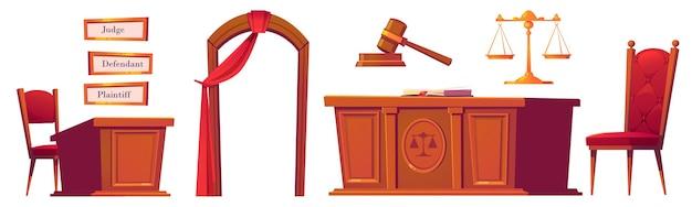 Набор предметов для судебных заседаний, деревянный молоток, стол с весами и стульями, арка с красной занавеской, тарелки для судьи Бесплатные векторы