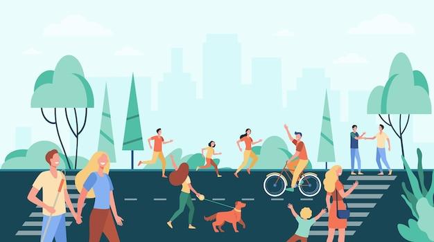 활동을 연습하고 도시 공원 근처의 거리에서 여가를 즐기는 사람들의 군중. 무료 벡터