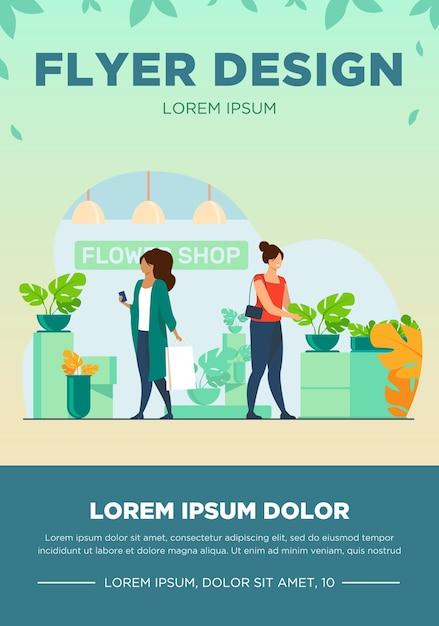 Покупатели в цветочном магазине. женщины с мешками, выбирая комнатные растения плоские векторные иллюстрации. шоппинг, теплица, концепция домашних растений для баннера, дизайна веб-сайта или целевой веб-страницы Бесплатные векторы