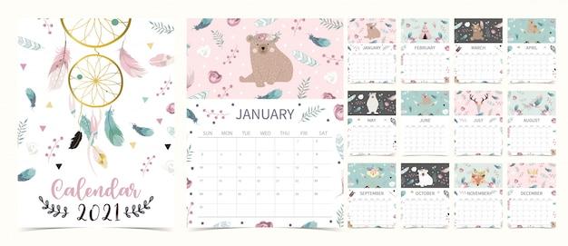 Симпатичный календарь boho 2021 с медведем, ловцом снов, пером Premium векторы
