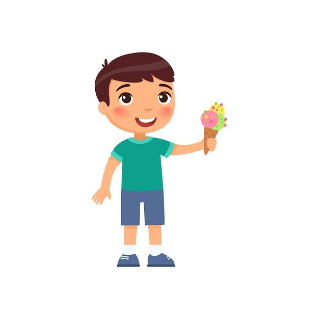 Ragazzo carino con gelato. bambino felice con il personaggio dei cartoni animati di dolce dessert estivo. ragazzino che tiene il gelato rinfrescante nel cono di cialda Vettore gratuito