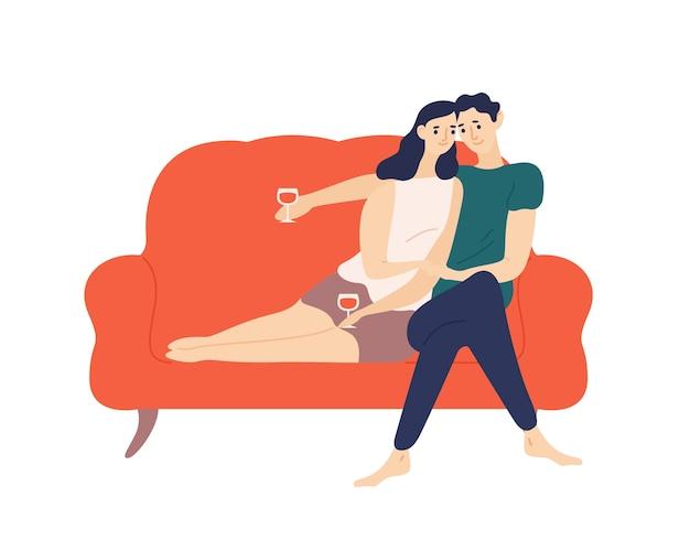 ソファに座って、ロマンチックなデート中にワインを飲むかわいいカップル Premiumベクター