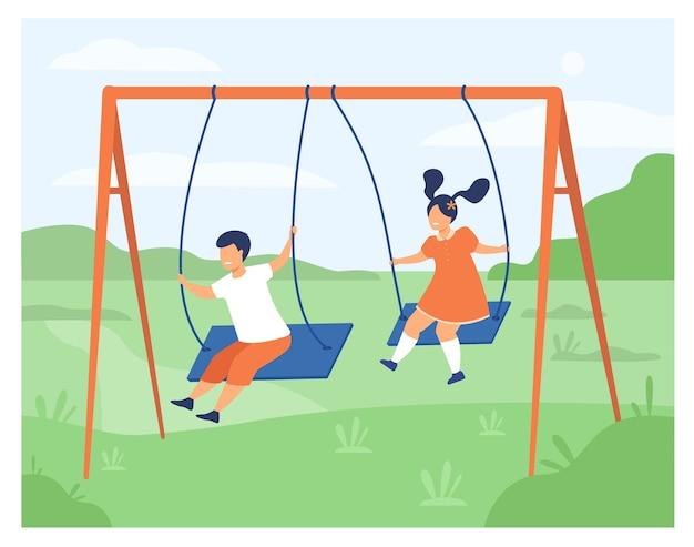 かわいい女の子と男の子のスイングと休日を楽しんで分離フラットベクトルイラスト。遊び場で遊んで漫画幸せな友達。 無料ベクター