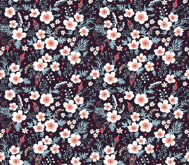 小さな花のかわいいパターン。小さな白い花。黒の背景。シームレスな花柄。 Premiumベクター