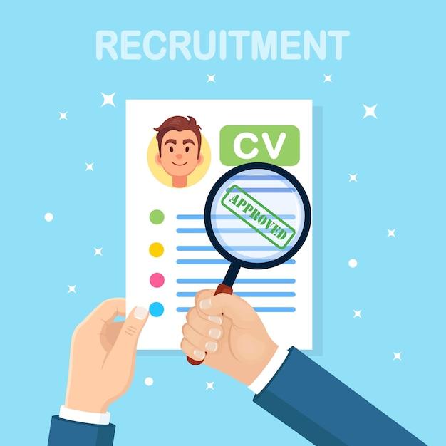Cv бизнес резюме и увеличительное стекло в руке d на фоне. собеседование, набор, поиск работодателя, концепция найма. концепция человеческих ресурсов hr. Premium векторы