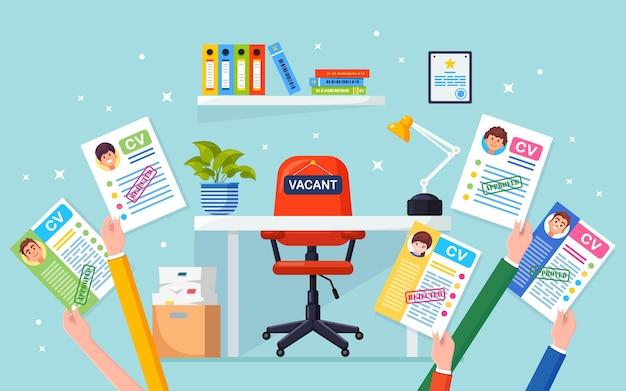 Cv бизнес резюме в руке над офисным стулом. подбор персонала, поиск работодателя, найм. свободное место Premium векторы