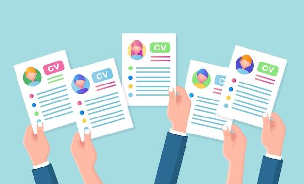 Cv бизнес резюме в руке. собеседование, подбор персонала, поиск работодателя Premium векторы