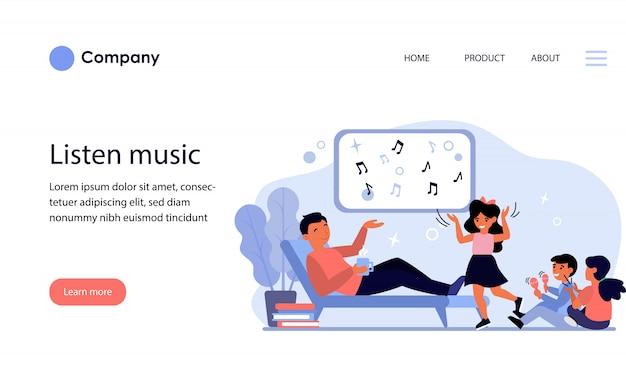 子供と音楽を楽しむお父さん。ウェブサイトテンプレートまたはランディングページ 無料ベクター