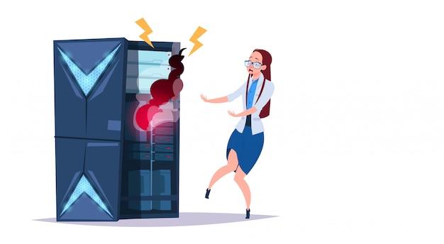 Проблемный центр хранения данных с хостинг-серверами и персоналом. ошибка компьютерных технологий сети и базы данных интернет-центр поддержки связи Premium векторы