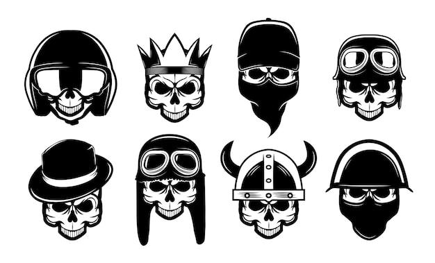 Различные черные черепа в плоской бандане, шляпе или шлеме. байкеры рок-символы для татуировки или коллекции векторных иллюстраций мотоциклов. бунтарь, анархизм и свобода Бесплатные векторы