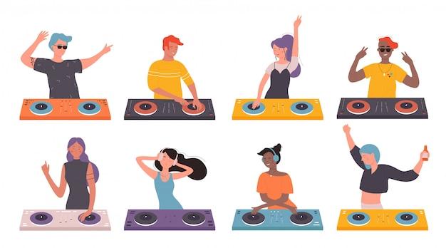 Dj люди на музыкальном наборе иллюстрации партии. мультяшный мужчина-женщина-ди-джей с наушниками и проигрывателем виниловых пластинок, создающий современную музыку в ночном клубе, вращающийся диск на белом Premium векторы