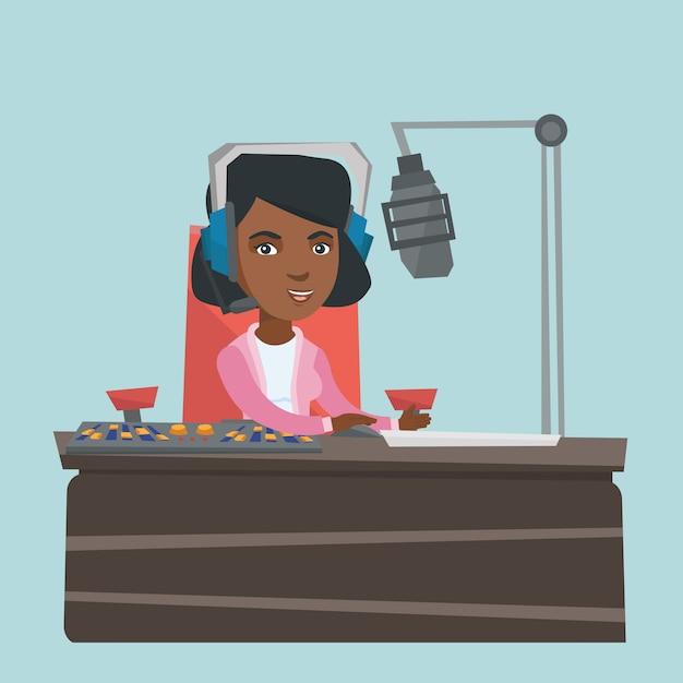 Молодой женский афро-американский dj работая на радио. Premium векторы