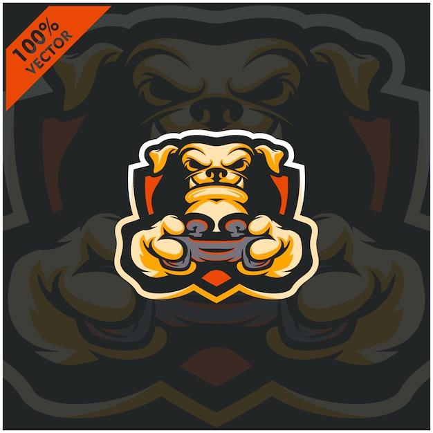 Собака геймер держит игровую приставку джойстик. дизайн логотипа талисмана для команды киберспорта. Premium векторы