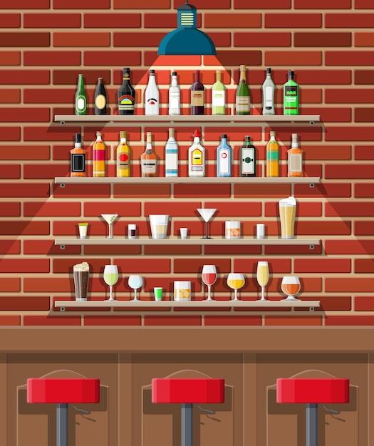 Питейное заведение. интерьер паба, кафе или бара. барная стойка, стулья и полки с бутылками алкоголя. очки, лампа. деревянный и кирпичный декор. Premium векторы
