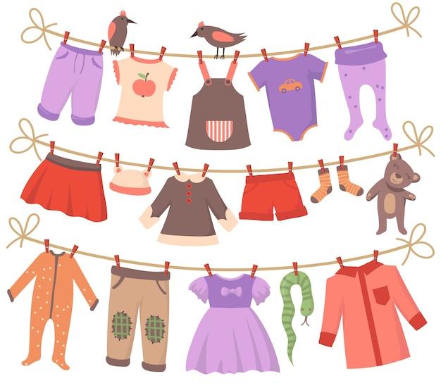 Набор сушки детской одежды. уберите тельца, платья, штаны, шорты, носки, пижамы, игрушки, висящие на веревках с птицами. коллекция векторных иллюстраций для детской одежды, отцовства, концепции прачечной Бесплатные векторы