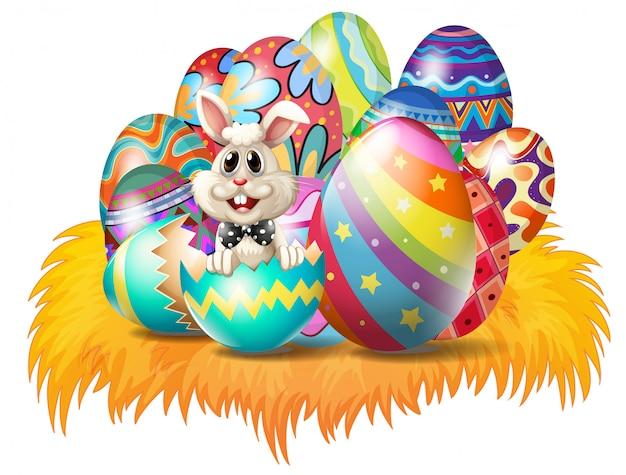 Uova di pasqua con un coniglietto di pasqua Vettore gratuito