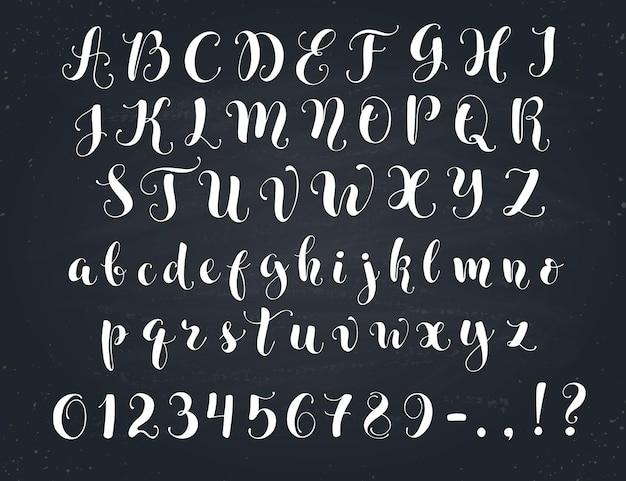 우아한 서예 편지. 칠판에 필기 알파벳입니다. 대문자, 소문자, 숫자 및 기호. 손으로 그린 현대 스크립트. 프리미엄 벡터