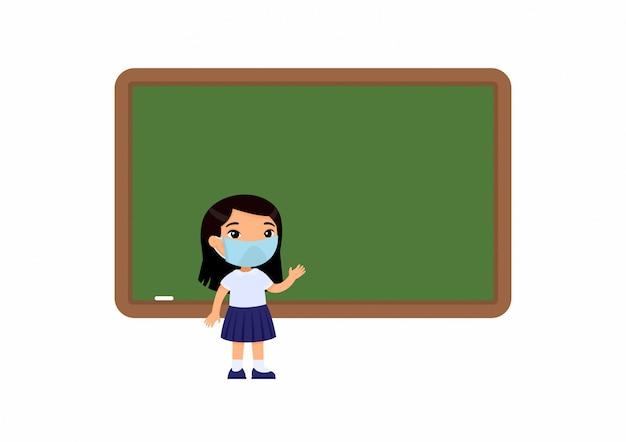 彼女の顔に防護マスクを持つ小学生。黒板の近くに立っている女子高生。ウイルス保護、アレルギーの概念。 無料ベクター