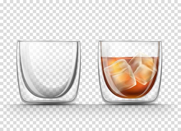 Пустой и полный стакан коньяка с кубиками льда в реалистичном стиле Бесплатные векторы