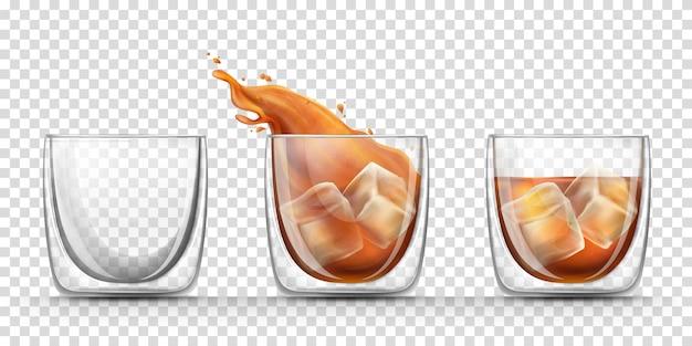 Bicchiere vuoto, pieno e spruzzata di whisky in un bicchiere con bevanda dura con cubetti di ghiaccio Vettore gratuito