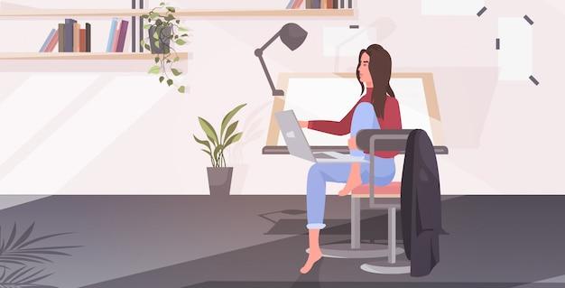 Пустой офис нет людей архитектор с регулируемым столом для рисования стул и компьютерная мастерская интерьер комнаты рабочей для художника горизонтальный векторная иллюстрация Premium векторы