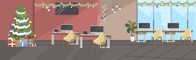 Пусто нет людей коворкинг центр украшен для празднования рождественских праздников Premium векторы