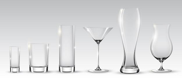 Bicchieri realistici vuoti impostati per diverse bevande alcoliche e cocktail su sfondo grigio isolato Vettore gratuito