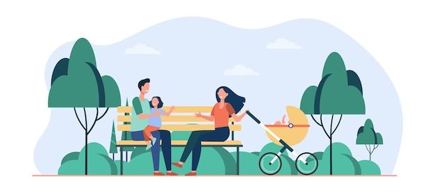 공원에서 여가 시간을 즐기는 가족. 부모, 유모차에서 벤치에 앉아 아이. 만화 그림 무료 벡터